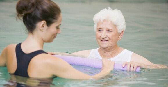 """""""A cada ano mais médicos recomendam"""", diz fisioterapeuta sobre a terapia aquática"""