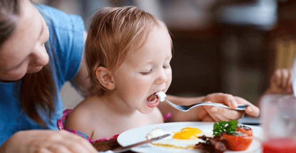 Alimentação das crianças deve ser parceria entre família e escola, diz nutricionista